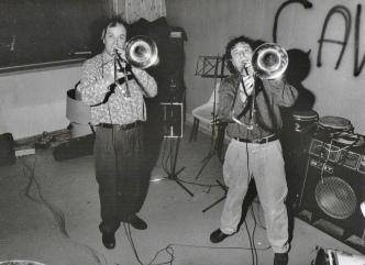 """Dicembre 1990, negli studi Sub Cave alle EX-CASERME ROSSE (BO) gli amici della Banda Osiris accorrono a supportare i nostri, laddove la loro imperizia tecnica li lascia delusi ai bordi delle piste (del mixer). Qui vediamo i Prof. Berti (trombone) e il Prof. Carlone (trombone) intenti ad aggiungere la """"Mickey Mouse March"""" a """"Sbarbe della bassa"""". #BandaOsiris #LMT #linoeimistoterital #records #vinyle #theeighties #80s #altrinani #italianrock #Bologna"""