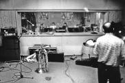 Dicembre 1990, negli studi Sub Cave alle EX-CASERME ROSSE (BO). Prof. Berti (trombone) riascolta le tracce piene di ottoni che la Banda Osiris ha donato a LMT. #BandaOsiris #LMT #linoeimistoterital #records #vinyle #theeighties #80s #altrinani #italianrock #Bologna
