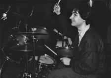 """Un gruppo di foto finora mai uscite dagli archivi dell'LMT Fancléb: ancora Ex-Caserme Rosse, dicembre 1990, stanchezze e allegrezze dei Nostri Teritalsi mentre producono """"Altri Nani"""". Qui vediamo Steve Cotton che ritrova un guizzo di energia e lo trasferisce alle sue preziose bacchette. #LMT #linoeimistoterital #records #vinyle #theeighties #80s #altrinani #italianrock #Bologna #drums"""