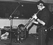 """Dicembre 1990, negli studi Sub Cave alle EX-CASERME ROSSE (BO) gli amici della Banda Osiris accorrono a supportare i nostri, laddove la loro imperizia tecnica li lascia delusi ai bordi delle piste (del mixer). Qui vediamo il prof. Gian Luigi Carlone Jr. che aggiunge un bel sax soprano a """"Sbarbe della Bassa""""."""