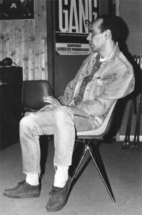 Nonostante le lunghe ore di studio di registrazione, Ronnie Shetland non é ancora smottato giù dalla sedia. La stabilità dei bassisti.