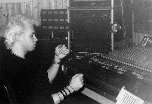 """Un gruppo di foto finora mai uscite dagli archivi dell'LMT Fancléb: ancora Ex-Caserme Rosse, dicembre 1990, stanchezze e allegrezze dei Nostri Teritalsi mentre producono """"Altri Nani"""" Qui vediamo David Q B che sottolinea a mano un passaggio della batteria di Steve Cotton Job."""