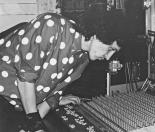 """Un gruppo di foto finora mai uscite dagli archivi dell'LMT Fancléb: ancora Ex-Caserme Rosse, dicembre 1990, stanchezze e allegrezze dei Nostri Teritalsi mentre producono """"Altri Nani"""" Qui vediamo Lauro che impone al mixer di fare il suo dovere, con la sola forza del suo sguardo."""