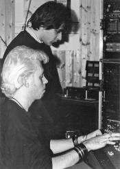 """Un gruppo di foto finora mai uscite dagli archivi dell'LMT Fancléb: ancora Ex-Caserme Rosse, dicembre 1990, stanchezze e allegrezze dei Nostri Teritalsi mentre producono """"Altri Nani"""". Qui vediamo Steve e David che uniscono le forze per ottenere il meglio da una traccia di percussioni."""