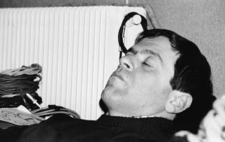 E alla fine il sonno ristoratore, col distorsore (2): rarissima immagine di Brian Feboconti con il suo camuflaggio da essere umano (foto inedita, dall'archivio dell'LMT Fancléb).