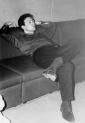 E alla fine il sonno ristoratore, col distorsore (3): Phil Anka crollato nel sonno in una enigmatica posizione (foto inedita, dall'archivio dell'LMT Fancléb).