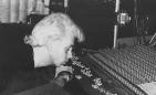 E alla fine il sonno ristoratore, col distorsore (4): David QBB e il mixer dormono abbracciati (foto inedita, dall'archivio dell'LMT Fancléb).