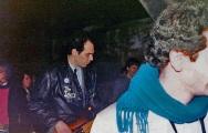 """Ronnie elegantemente in nero basseggia tosto per un'ora e venticinque. """"Quadroimphamia"""": Lino e I Mistoterital ragazzi amModo! Pieve di Cento (Bo), 23 marzo 1985."""