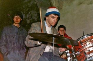 "Paul Syno accudito dai suoi ""The Paul Syno's Shadows"". ""Quadroimphamia"": Lino e I Mistoterital ragazzi amModo! Pieve di Cento (Bo), 23 marzo 1985."