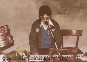 """Il tastieraio P. J. Cotton lotta contro l'entropia e l'equilibiro precario delle due sedie. """"Quadroimphamia"""": Lino e I Mistoterital ragazzi amModo! Pieve di Cento (Bo), 23 marzo 1985."""