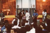 """1988. Festa nel deposito FS di Bologna per la presentazione di """"Bravi Ma Basta"""". Da sin: Ronnie, un tecnico accosciato, Ted, Steve, Phil, Bob, Lauro e Tim Driver ospite (nonchè produttore in studio dell'album)"""
