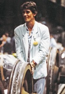 """Festa di presentazione per l'uscita di """"Bravi Ma Basta"""", deposito delle Locomotive FS, Bologna, 25/06/1988. Basta parlare, adesso suonare: Tim Driver sorveglia soddisfatto l'esibizione. #LMT #iBanaloidi #Linoeimistoterital #BraviMaBasta #records #vinyle #Eighties #80s' #FS #trains #railways"""