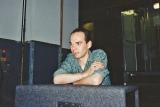 """Festa di presentazione per l'uscita di """"Bravi Ma Basta"""", deposito delle Locomotive FS, Bologna, 25/06/1988. Ronnie Shetland aspetta il momento propizio. #LMT #Linoeimistoterital #BraviMaBasta #records #vinyle #Eighties #80s' #FS #trains #railways"""