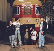 """Festa di presentazione per l'uscita di """"Bravi Ma Basta"""", deposito delle Locomotive FS, Bologna, 25/06/1988. Occasione per Grande Adunanza di Fansine e Fansiere! in questa fot ad esempio abbiamo Diletta Rasori e Federico Chicco del meraviglioso Villastellone Fancléb. #LMT #Linoeimistoterital #BraviMaBasta #records #vinyle #Eighties #80s"""