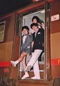 """Festa di presentazione per l'uscita di """"Bravi Ma Basta"""", deposito delle Locomotive FS, Bologna, 25/06/1988. Graham G. Cachemire e Ted Nylon scendono dal treno-camerino con la grazia di una vandaosiri. Osserva la scena Eta Seta. #LMT #Linoeimistoterital #BraviMaBasta #records #vinyle #Eighties #80s' #FS #trains #railways"""